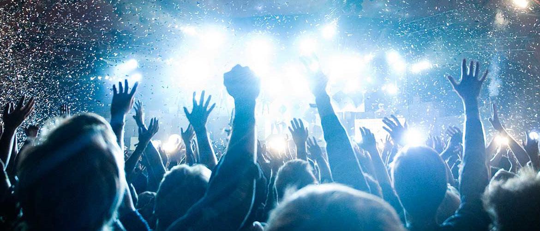 Publiek in blauw licht juichen