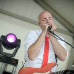 Marco speeld de mondharmonica on stage